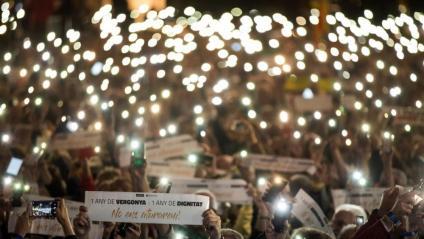 Vista de la concentració d'aquest vespre per denunciar la situació dels presos polítics, a la plaça de Catalunya de Barcelona