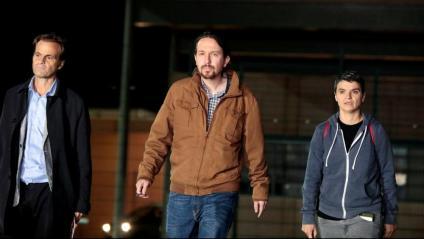 El líder de Podem, Pablo Iglesias (c), sortint aquest divendres de la presó de Lledoners acompanyat del tinent d'alcalde de Barcelona Jaume Asens i la diputada Lucia Martín