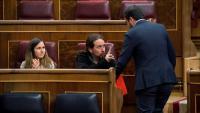 El secretari general de Podem, Pablo Iglesias, conversa amb el líder d'IU, Alberto Garzón, aquest dimarts al Congrés