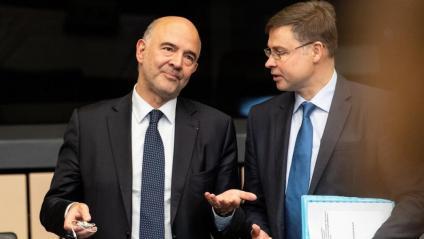 El comissari europeu d'Afers Econòmicos, Pierre Moscovici, conversa amb el vicepresidente de la CE per a l'Euro, Valdis Dombrovskis, aquest dimarts a la reunió setmanal de la Comissió, al Parlament d'Estrasburg