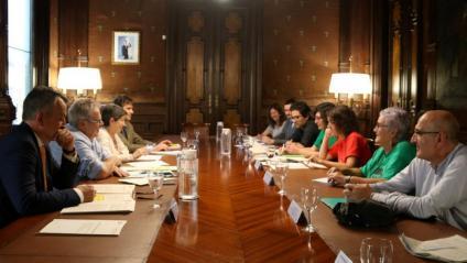 Imatge de la reunió que han mantingut aquest dimarts les entitats promotores de la ILP amb el secretari d'Estat de Política Territorial, Nacho Sánchez-Amor