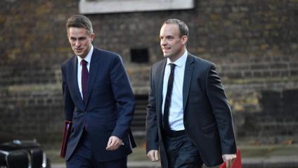 El ministre per al Brexit, Dominic Raab, i el de defensa, Gavin Williamson, arribant aquest dimarts a la reunió de l'executiu, al número 10 de Downing Street