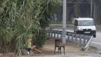 Una dona, exercint la prostitució a l'autovia de Castelldefels