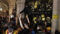 Un grup de manifestants intenta entrar al Parlament, el passat 1 d'octubre