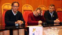 L'alcalde de Montblanc, Josep Andreu (c), acompanyat aquest dijous per l'expresident de l'AMI Josep Maria Vila d'Abadal (e) i l'actual president de l'entitat, Josep Maria Cervera