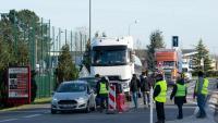 Un grup d''armilles grogues' tallen una carretera a prop de Bordeus, el passat dimarts