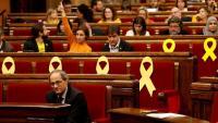 Els portaveus dels grups donen indicacions de vot als diputats, aquest dijous al ple del Parlament
