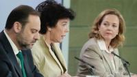 La ministra espanyola d'Educació, Isabel Celaá (c), intervenint a la roda de premsa posterior al Consell de Ministres d'aquest divendres