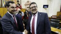 El nou president andalús, Juanma Moreno, és felicitat aquest dimecres pel líder de Vox, Francisco Serrano