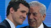 L'escriptor Mario Vargas Llosa (d), al costat del president del PP, Pablo Casado, a la convenció del partit conservador
