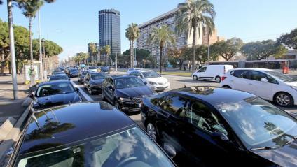 Vehicles de plataformes VTC estacionats a la Diagonal, en protesta per la regulació del sector