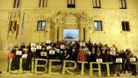 Concentració davant l'Ajuntament de Torredembarra, aquest dimarts al vespre