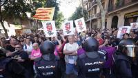 Protesta contra l'actuació dels agents del CNP a l'exterior de la seu de la CUP, el 20 de setembre de 2017