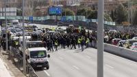Concentració de taxistes a un dels accesos d'Ifema, aquest dimecres a Madrid
