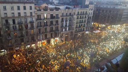 Els participants en la protesta 'L'autodeterminació no és delicte' il·luminen la Gran Via amb els seus mòbils, aquest dissabte a Barcelona