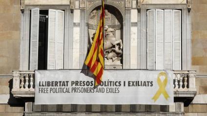 La pancarta en suport dels presos polítics, amb el llaç groc, aquest dimarts a la façana del Palau de la Generalitat
