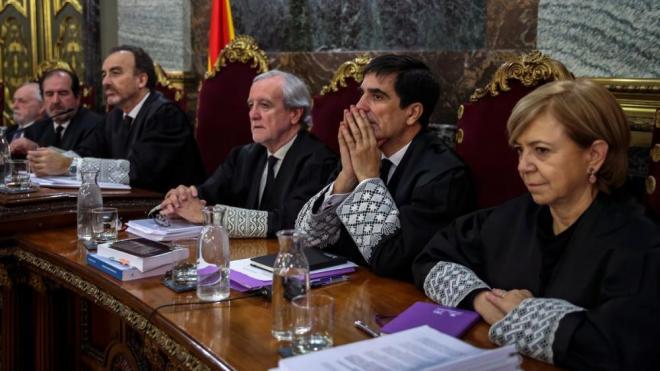 Luciano Varela i Ana Ferrer (als dos extrems de la mesa, respectivament), en una sessió del judici de l'1-O
