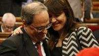 La consellera de Cultura, Laura Borràs, saluda el president Torra durant el ple d'aquest dimecres al Parlament