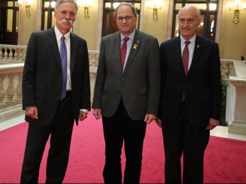 El president Quim Torra, al mig, amb Chase Carey i Vicenç Aguilera, avui al Parlament de Catalunya