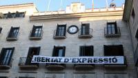 Des d'aquest divendres a la tarda penja de l'Ajuntament de Girona una pancarta amb el lema 'Llibertat d'expressió'