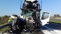 Imatge del cotxe i un dels camions implicats en l'accident, aquest divendres a Alcarràs