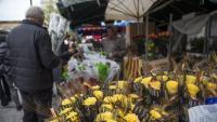 Roses grogues en una parada de Sant Jordi, aquest dimarts a Girona