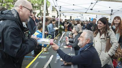 L'escriptor Rafel Nadal, signant llibres aquest dimarts a Barcelona