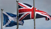 Una bandera escocesa i una del Regne Unit, onejant a Edimburg
