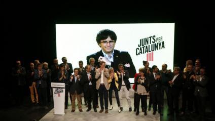 El president Puigdemont, en pantalla ahir dimecres a l'acte final de campanya de JxCat a Tarragona