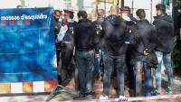 Agents dels Mossos davant el local on es va cometre el crim, dimarts a l'avinguda Mistral de Barcelona