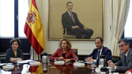 La presidenta del Congrés, Meritxell Batet, entre els vicepresidents Gloria Elizo, Alfonso Rodríguez i Ignacio Prendes en la primera reunió de la mesa