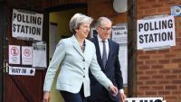 La primera ministra britànica, Theresa May, sortint de votar a les eleccions europees