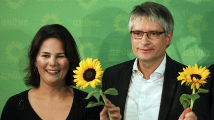 La colíder dels Verds alemanys Annalena Baerbock (e) i el cap de llista dels ecologistes al Parlament Europeu, Sven Giegold, celebrant aquest diumenge els pronòstics que els atorguen la segona posició als comicis europeus