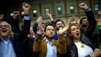 L'adjunt a la presidència d'ERC, Pere Aragonés (c), la consellera de JustÍcia, Ester Capella (d), el diputat Gabriel Rufián (darrere), i el número tres de la llista republicana a Barcelona, Miquel Puig (e), celebrant aquest diumenge els resultats electorals