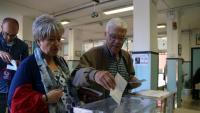 Un home vota en un col·legi electoral de Tarragona, aquest diumenge