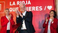 L'alcaldable del PSOE  a Logroño, Pablo Hermoso de Mendoza, celebra els resultats electorals amb la candidata a la presidència de La Rioja, Concepción Andreu (d)