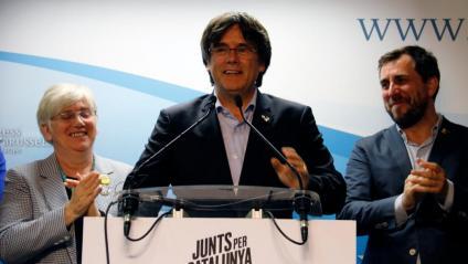 Carles Puigdemont, amb Clara Ponsatí i Toni Comín, celebrant la victòria aquesta matinada