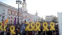 Manifestants amb llaços grocs a la Puerta del Sol, aquest dimecres a Madrid