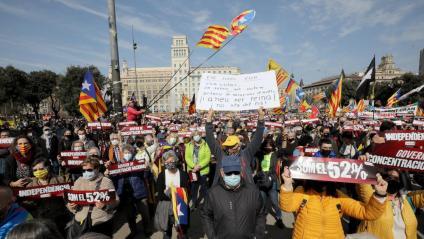 Milers de persones, convocats per l'ANC, han reclamat un govern independentista a Barcelona
