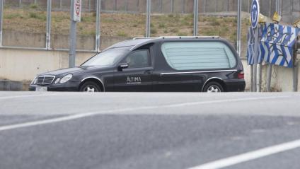 Un cotxe fúnebre, a la sortida d'un tanatori de Barcelona