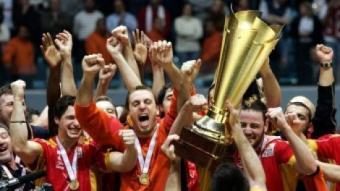 Barrufet, al centre, celebra la victòria en el mundial de Tunísia amb els seus companys d'equip.