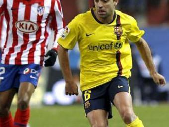Xavi controla la pilota, seguit per Paulo Assunçao, diumenge al Calderón   Ballesteros / Efe