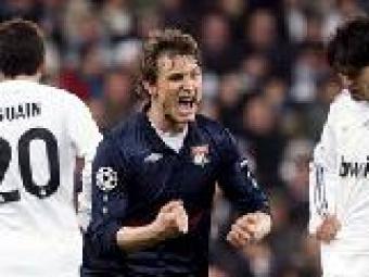 El jugador del Lió Kallstrom celebra el gol que eliminava el Madrid   Juan Medina (Reuters)