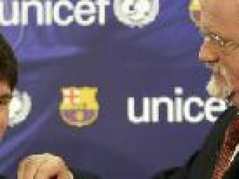 Lionel Messi rep la insígnia d'ambaixador d'UNICEF del director de fundacions i patrocinis de la institució, Philip O'Brien     REUTERS/Gustau Nacarino