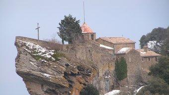 El santuari de la Mare de Déu de Rocacorba, coronant el cim d'un singular penya-segat, a 929 metres d'altitud.  CONSELL COMARCAL DEL GIRONÈS