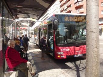 Passatgers de l'autobús de Terrassa, en una parada.  Foto:ARXIU