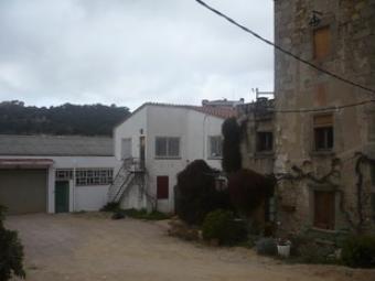 Un dels accessos a la fàbrica al costat de can Maiol.  E.F