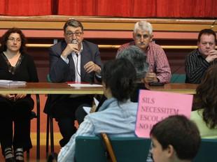 La reunió dels pares i mares afectats amb Andreu Otero, ahir al vespre.  LLUÍS SERRAT
