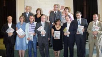 Periodistes que han escrit el llibre, juntament amb representants del govern municipal actual i –a dalt, a l'esquerra–, el degà del Col·legi de Periodistes.  JUDIT FERNÀNDEZ