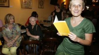 Rosa Comes, en la presentació del llibre al Museum Cafè de Tarragona.  J.F